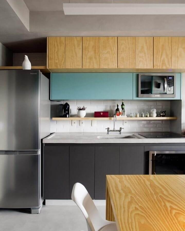 decoração com prateleira para cozinha planejada com armário aéreo azul e de madeira e armário cinza Foto Casa 100 Arquitetura