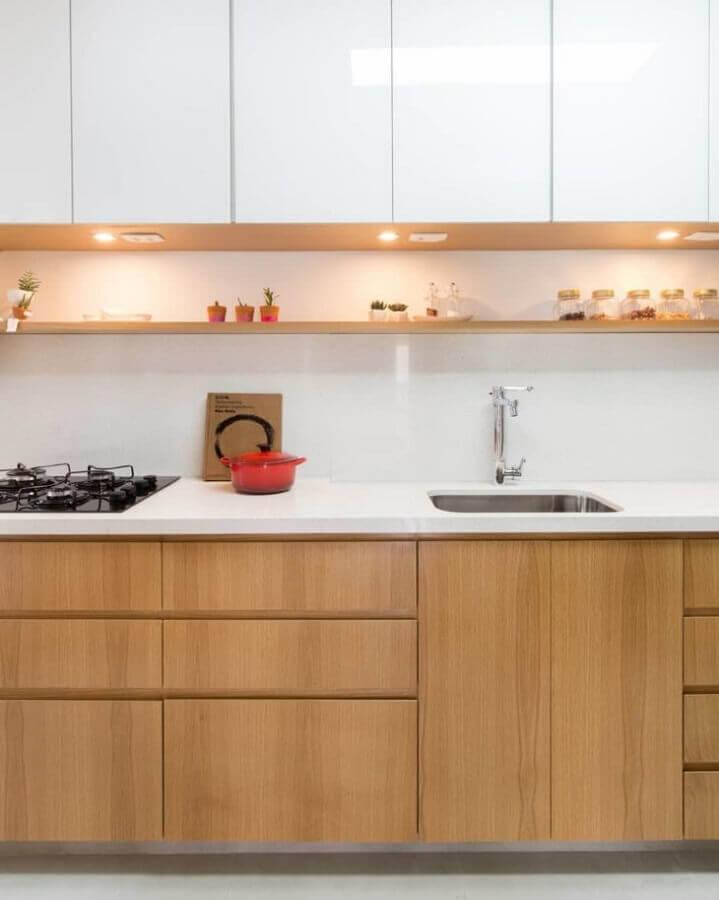decoração com prateleira para pia de cozinha de madeira Foto Tatiane Waileman