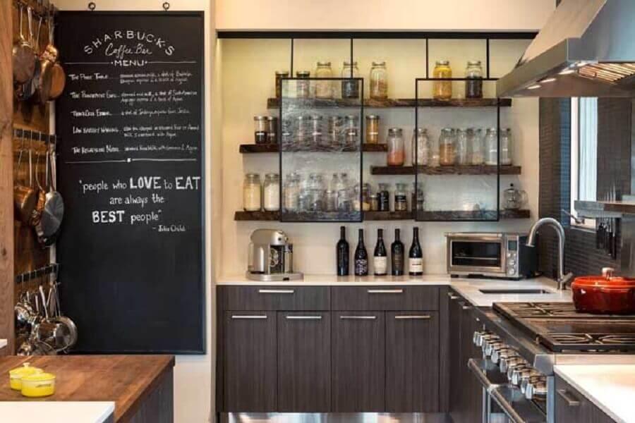 decoração com prateleira rústica para cozinha com portas de vidro Foto Casa&Diseño