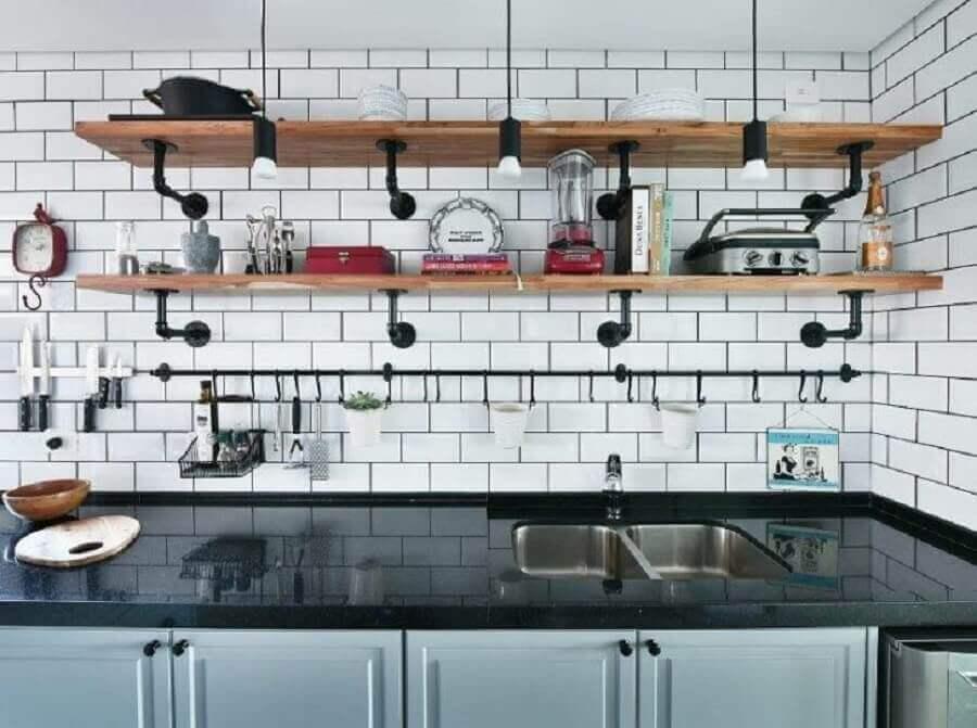 decoração com subway tile e prateleira para cozinha de madeira Foto Gabi Marques