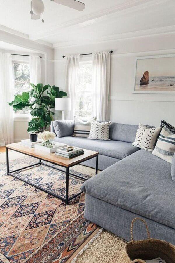 decoração com tapete estampado para sala com sofá cinza de canto Foto DecorisArt