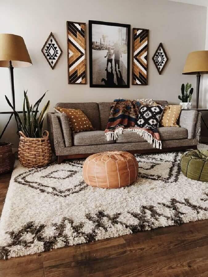 decoração em tons neutros com tapete peludo para sala de estar Foto GentileForda.