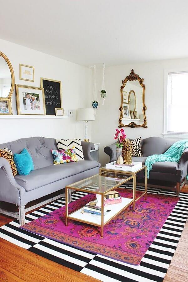 decoração sala simples com sofá cinza e dois tapetes com cores e estampas diferentes Foto Wood Save