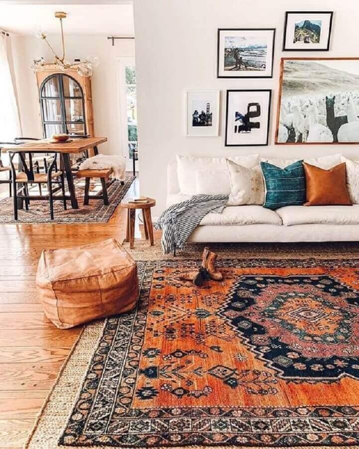 decoração simples com dois tapetes diferentes para sala Foto Pinosy