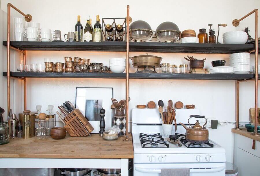 decoração simples com prateleira de ferro para cozinha Foto Apartment Therapy