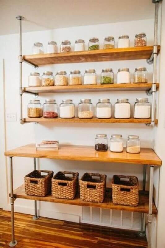 decoração simples com prateleira para cozinha como suporte de mantimentos Foto Apartment Therapy