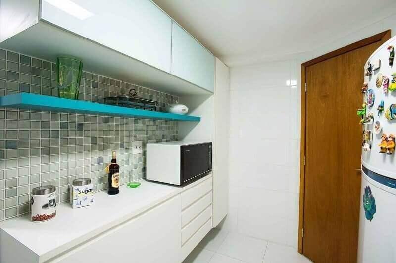 decoração simples com prateleira para cozinha pequena Foto L2 Arquitetura