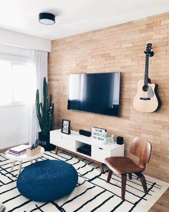 decoração simples com tapete preto e branco para sala de estar com parede de tijolinho Foto Tudo Especial