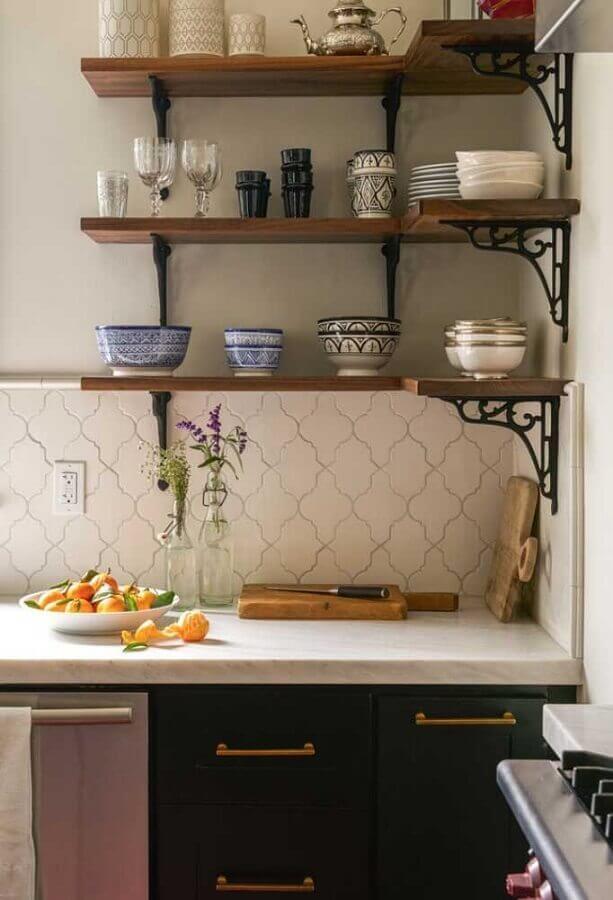 mão francesa de ferro para prateleira de madeira para cozinha Foto Archello