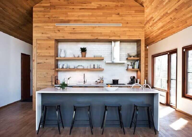 prateleira de madeira para cozinha planejada com ilha Foto Cabinet Designers