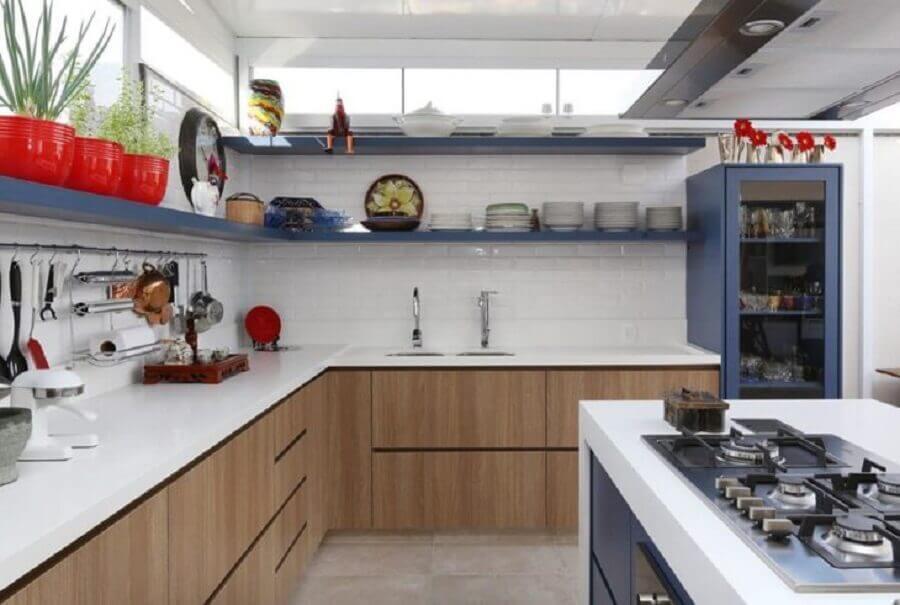 prateleira de canto para cozinha branca e azul com armário de madeira Foto GF Projetos
