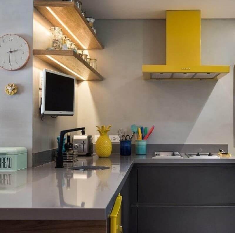prateleira de madeira para cozinha com iluminação embutida Foto Fernanda Dabbur Arquitetura