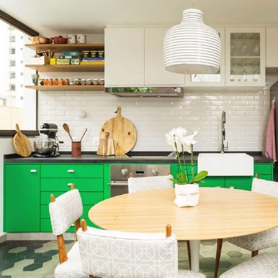 prateleira de madeira para cozinha decorada branca e verde Foto DT Estúdio Arquitetura