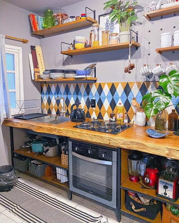 prateleira de madeira para cozinha decorada com azulejo colorido e bancada rústica Foto Webcomunica