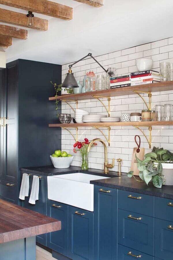 prateleira de madeira para cozinha planejada com armários azuis no estilo retrô Foto Pinterest