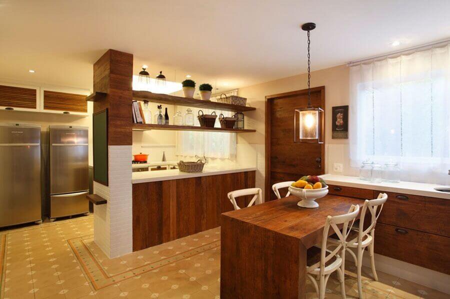 prateleira de madeira suspensa para decoração de cozinha Foto Casa de Valentina