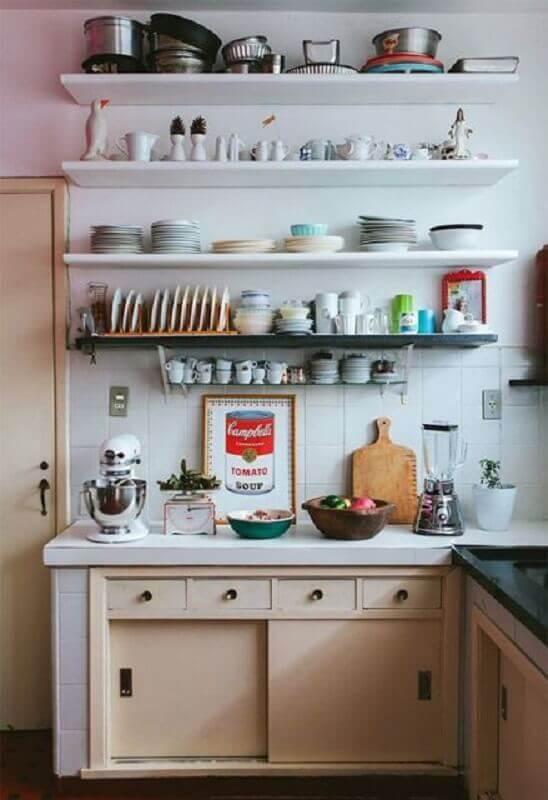 prateleira para cozinha com decoração simples Foto Pinterest