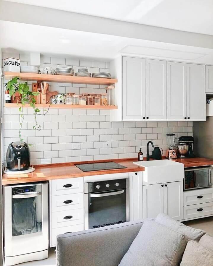 prateleira para cozinha de madeira decorada coma armários planejados brancos Foto Casa Cobre