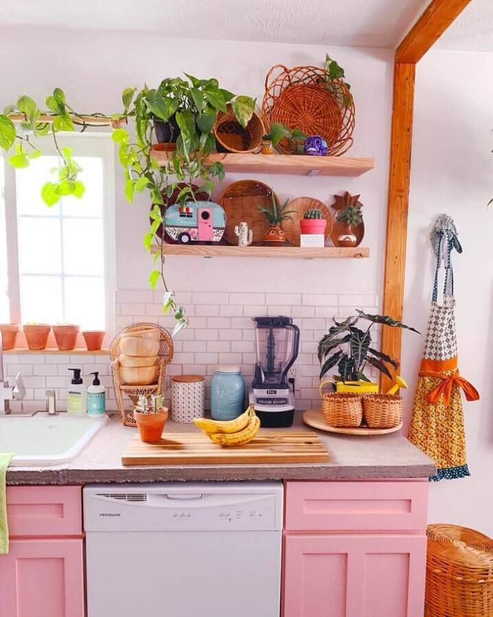 prateleira para cozinha de madeira decorada em branco e rosa Foto Lo Bruner