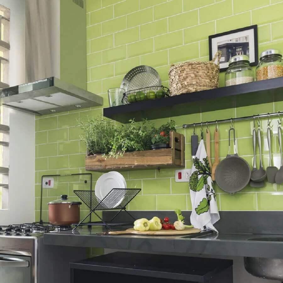prateleira para cozinha decorada com azulejo verde Foto Pinterest