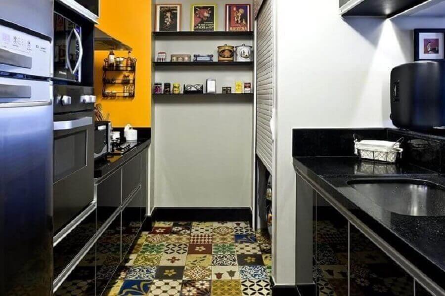 prateleira para cozinha pequena decorada com piso hidráulico Foto Roberto Carril