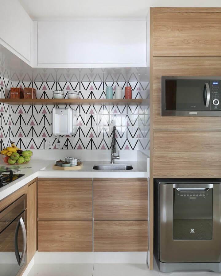 prateleira para cozinha planejada com revestimento colorido Foto Bianchi & Lima Arquitetura