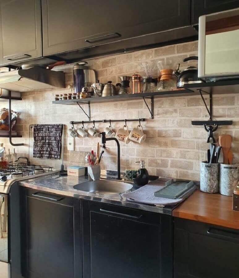 prateleira para cozinha preta decorada com parede de tijolinho Foto Cooper House