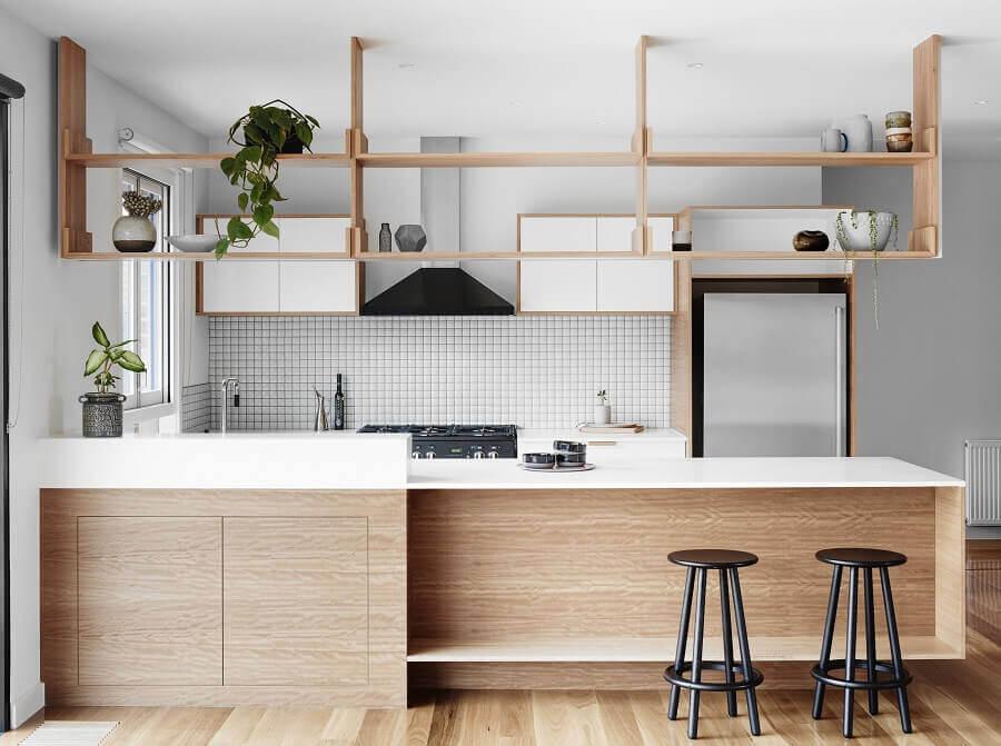 prateleira suspensa para cozinha americana planejada Foto Archello