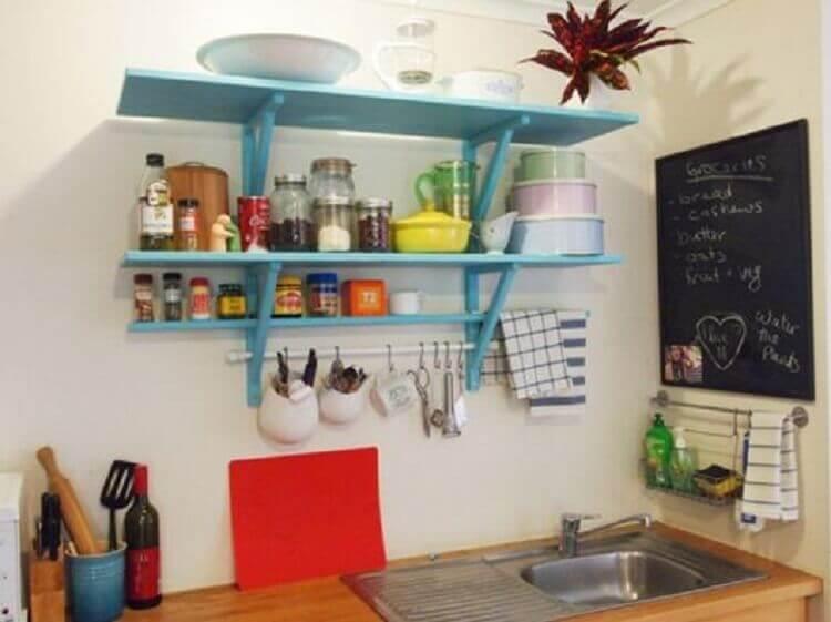 prateleiras criativas para cozinha com decoração simples Foto Pinterest