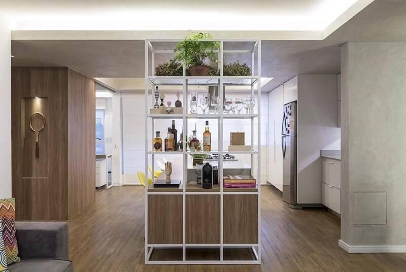 prateleira para cozinha com estante projeto de Clarice Semerene