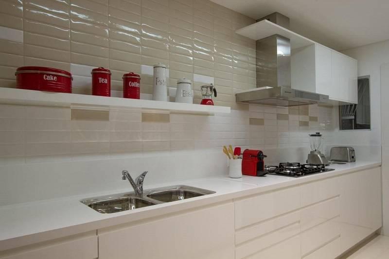prateleira para cozinha em projeto compacto de Cristina Reinert