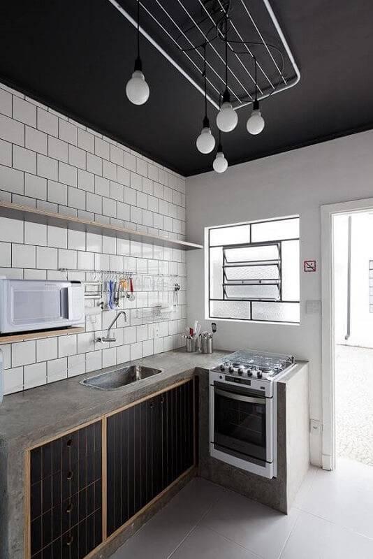 prateleira para cozinha no azulejo de metrô projeto de Felipe Hess