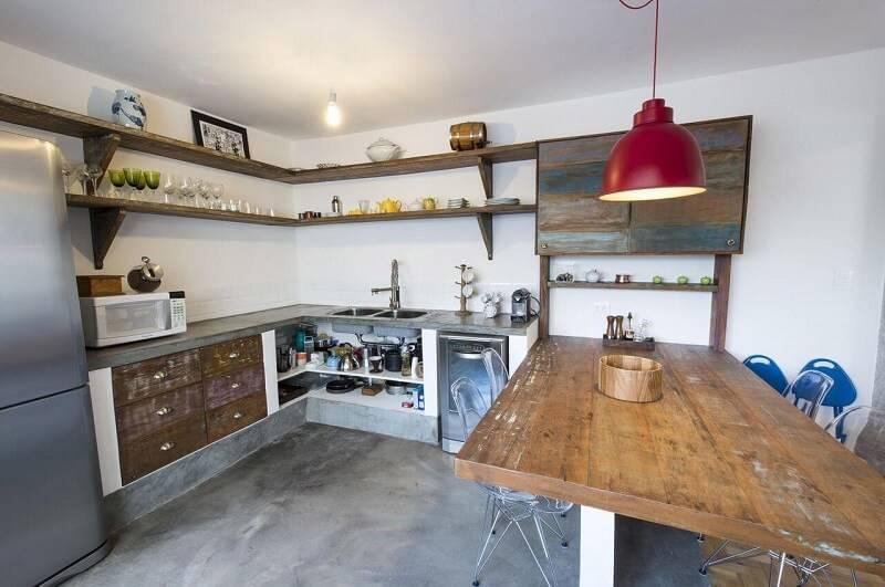 prateleira para cozinha rústica projeto de Carla Cuono Arquitetura e Interiores