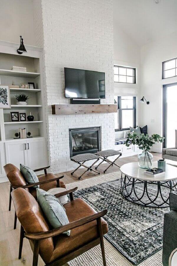sala de estar decorada com tapete estampado e poltrona de madeira Foto Futurist Architecture
