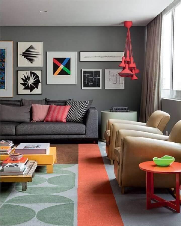 sala moderna decorada com vários quadros e tapete colorido com estampa geométrica Foto Wood Save