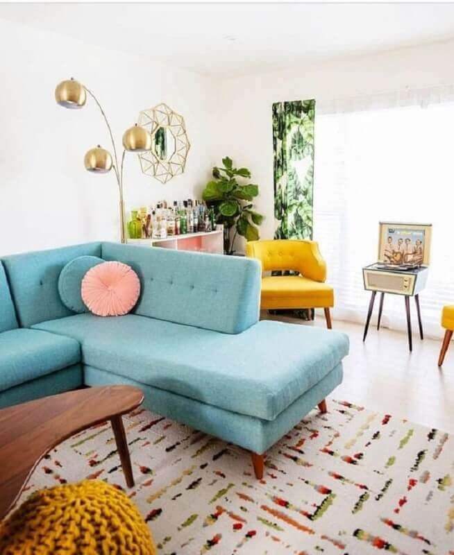 tapete com estampa delicada para decoração de sala com sofá azul de canto Foto Pinterest