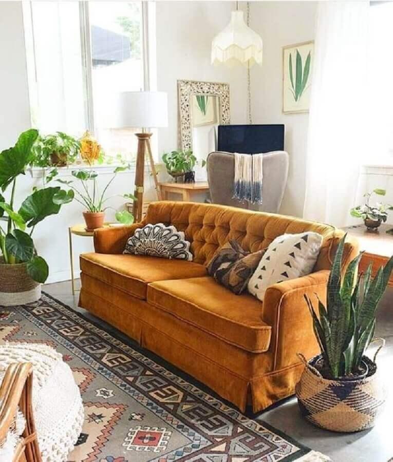 tapete estampado para decoração de sala com várias plantas e sofá amarelo Foto Moving and Improving