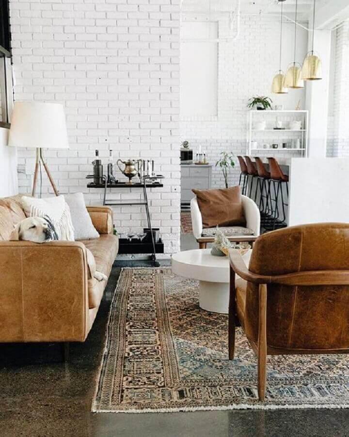 tapete estampado para decoração de sala rústica com poltrona de madeira e parede de tijolinho Foto Pinterest