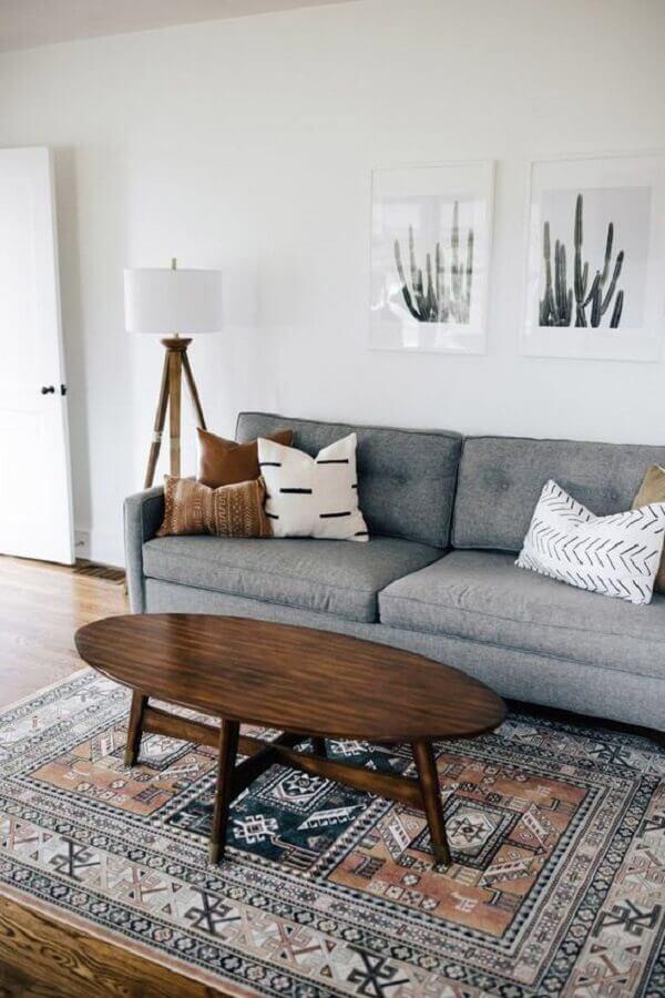 tapete estampado para sala com sofá cinza e mesa de madeira Foto New Homedecor