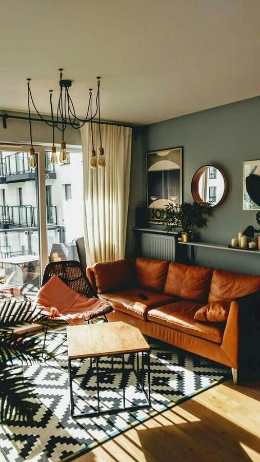 tapete estampado preto e branco para sala com sofá de couro Foto Archidea