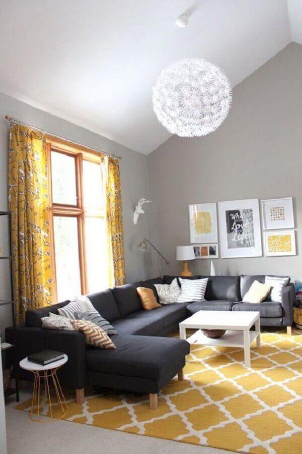 tapete grande e amarelo para sala com sofá cinza Foto Archzine