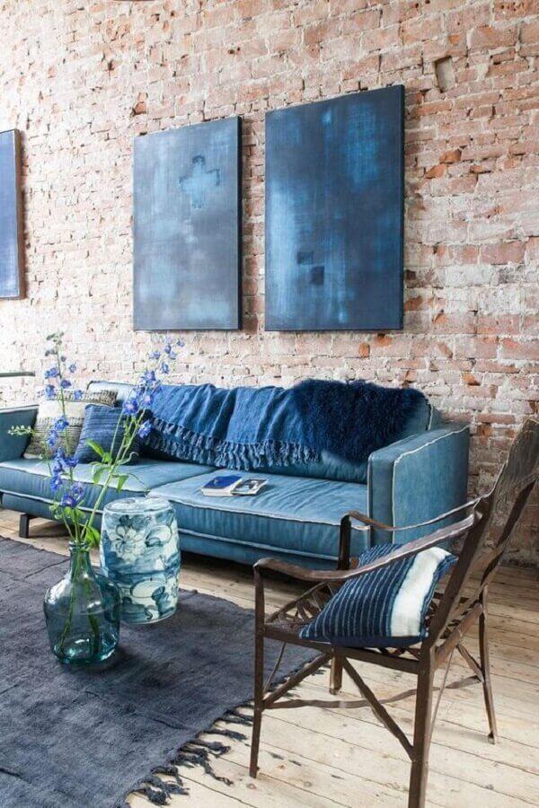 tapete para sala decorada com sofá azul e parede de tijolinho Foto Planete-deco