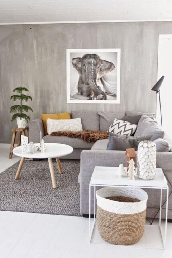 tapte para sala cinza com decoração minimalista e sofá de canto Foto Archzine
