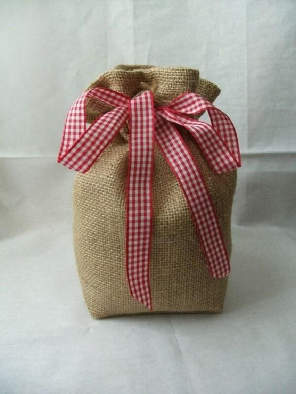 A combinação de tecido juta com laço de fita deixa o peso de porta ainda mais charmoso. Fonte: Etsy