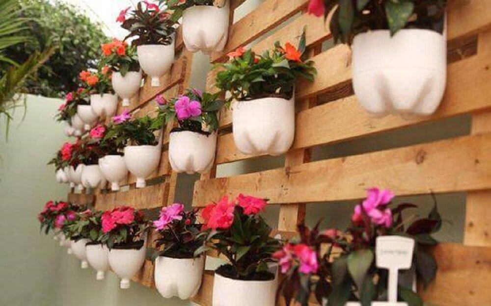 Vasos de flor feito com garrafas pet
