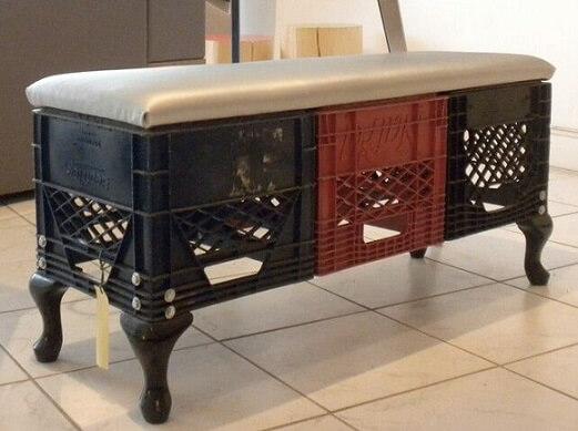 Banco feito de caixote de feira de plástico
