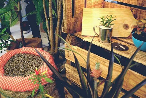 Caixote de feira de madeira empilhado usado na decoração Projeto de Silvia Spolaor