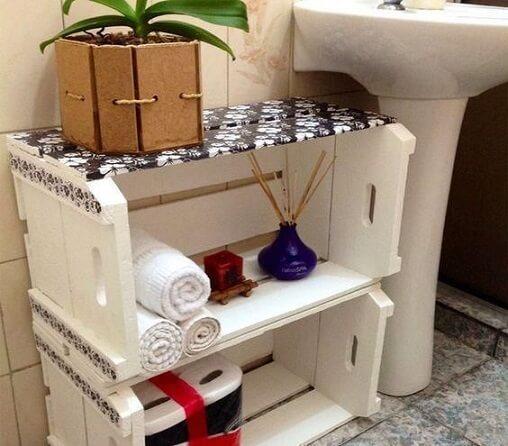 Caixote de feira de madeira estilizado e usado como organizador no banheiro