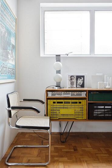 Caixote de feira de plástico usado como gaveta em aparador Projeto de Mauricio Arruda