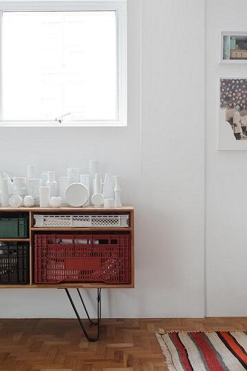 Caixote de feira de plástico usado como gaveta em aparador Projeto de Mauricio Arruda1